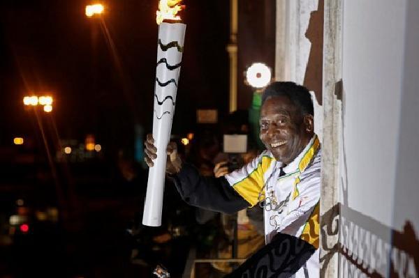 球王比利表示因健康理由,將會缺席今天的里約奧運開幕儀式。圖為比利早前參與傳遞奧運聖火。(RIO 2016/ANDRÉ LUIZ MELLO)