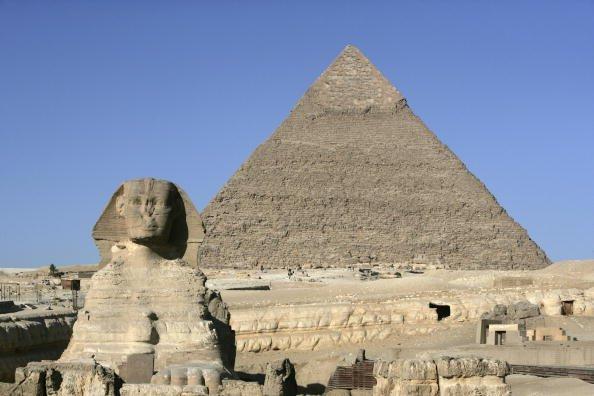 吉薩金字塔群,主要由三個金字塔組成,其中最大的是胡夫金字塔(Pyramid of Khufu,又稱「大金字塔」),是由147米高的建造需要230萬塊巨石,最小的都有3噸重。(Getty Images)