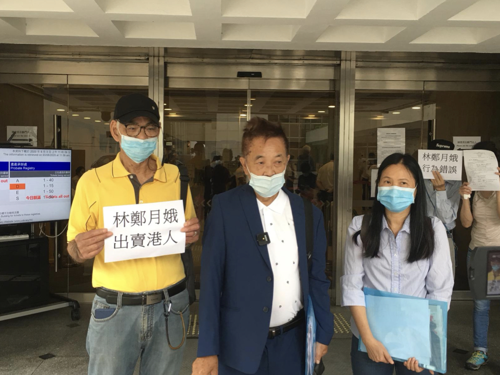 今日(8月3日)「長洲覆核王」郭卓堅聯合鳩嗚團友陳潔冰,就特首林鄭月娥推遲2020年立法會選舉在高等法院提出司法覆核和禁制令。郭卓堅認為,林鄭讓帶菌者入境後在香港走動,導致第三波疫情大爆發,林鄭卻藉疫情「推遲選舉」,涉「行為失當」。(陳泓銘/大紀元)