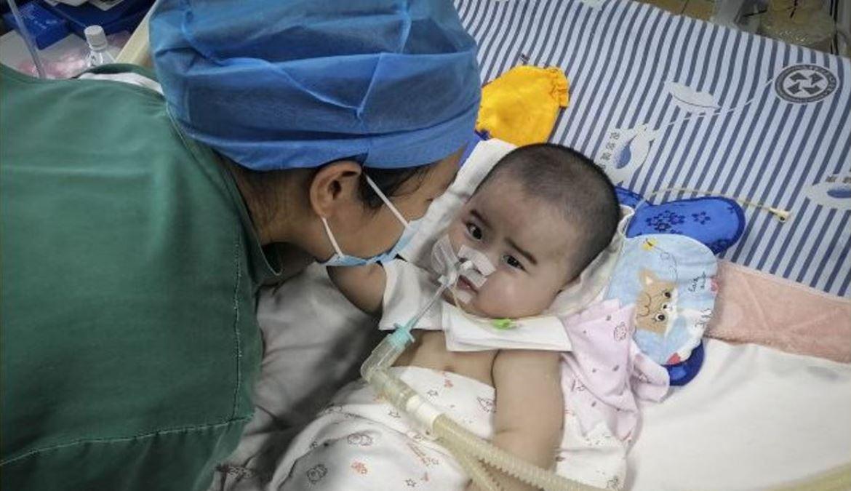 中國湖南一個小嬰兒患上了脊髓性肌萎縮症疾病,急需特效藥「諾西那生鈉」注射液(nusinersen)救命,但這種藥在中國的售價,一隻高達70萬元人民幣,讓孩子的父母絕望,只能向公眾求救。(影片截圖)
