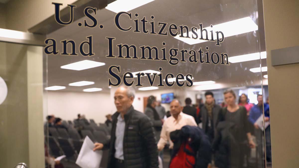 圖為美國一家移民服務中心。(John Moore/Getty Images)