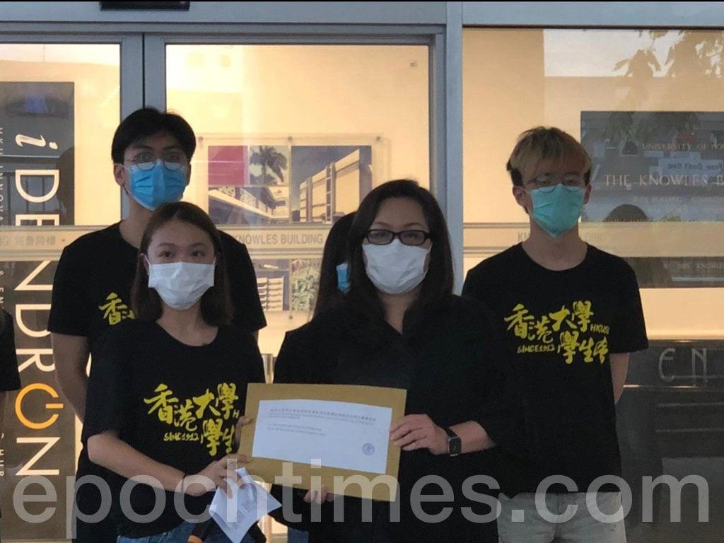 香港大學校務委員會(校委會)於7月28日以大比數作出終止法律學系副教授戴耀廷教席的決定,今日(8月3日)香港大學學生會遞交聯署聲明,譴責校委會以「政治凌駕專業學術判斷」,在這一問題上成為了中共的傀儡。(張旭顏/大紀元)