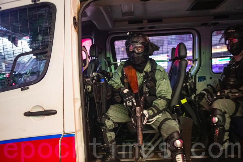 2019年10月13日,市民各區抗議,防暴警察在荃灣清場。(余鋼/大紀元)