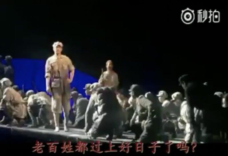 圖説:中共總政話劇、駐港部隊戰歌《我是子彈》 話劇圖片。來源:推特視頻截圖。