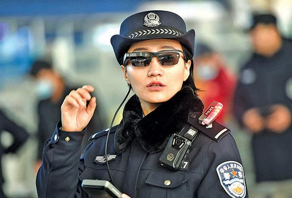 鄭州警方在鄭州東站用人臉識別墨鏡監控民眾。(Getty Images)