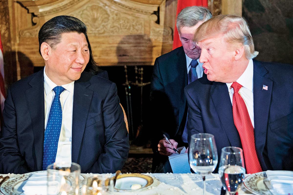 目前中美兩國關係持續惡化,雙方各關閉了對方的一個總領事館。圖為2017年4月6日,特朗普在海湖山莊宴請習近平時席間交談。(JIM WATSON/AFP/Getty Images)