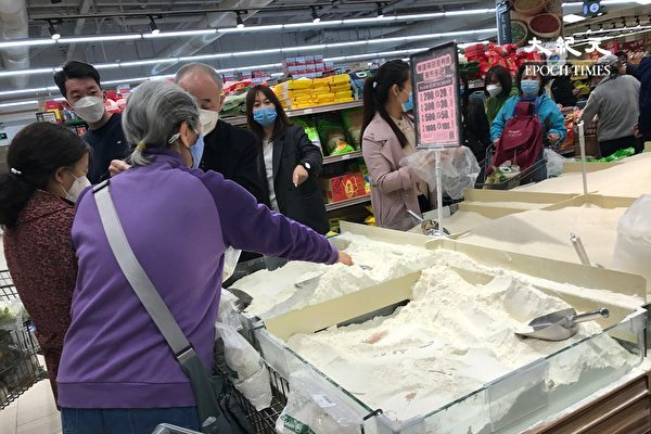 2020年4月4日,北京亞運村地區的超市,都是搶購糧食的人。(大纪元)