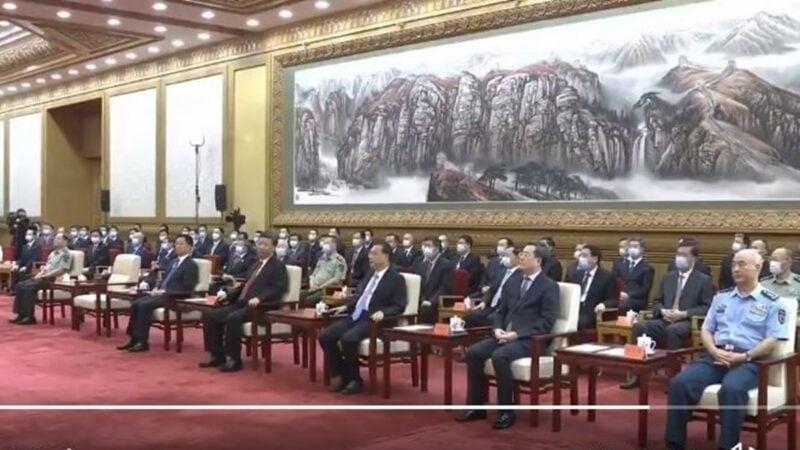 主持儀式的中共副總理劉鶴當眾讓李克強出糗,而習近平也疑似扭臉斜視了李一眼。(影片截圖)