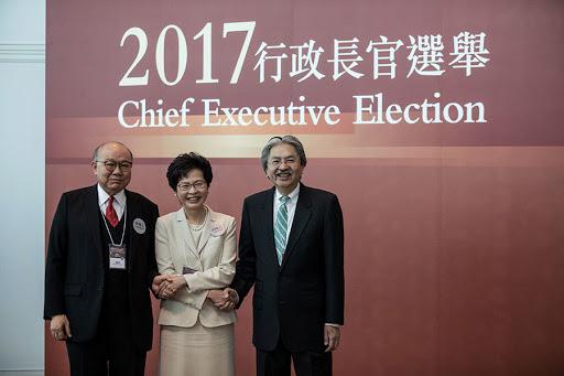 「香港01」引述消息指,中共擬在香港特首選委選舉引入「確認書」制度,要求參選人擁護《基本法》和效忠中華人民共和國香港特別行政區。圖為2017年香港特首選舉中三位參選人合照。(DALE DE LA REY/AFP/Getty Images)