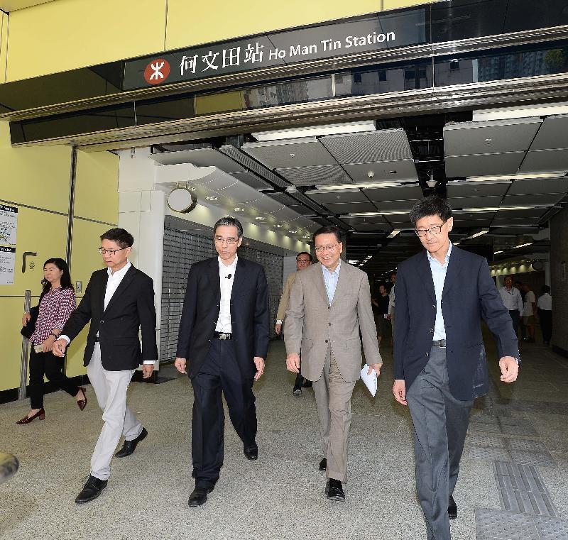 運輸及房屋局局長張炳良(右二)在港鐵高層陪同下,視察觀塘線延線何文田站,了解工程最新進度。(政府新聞公報)