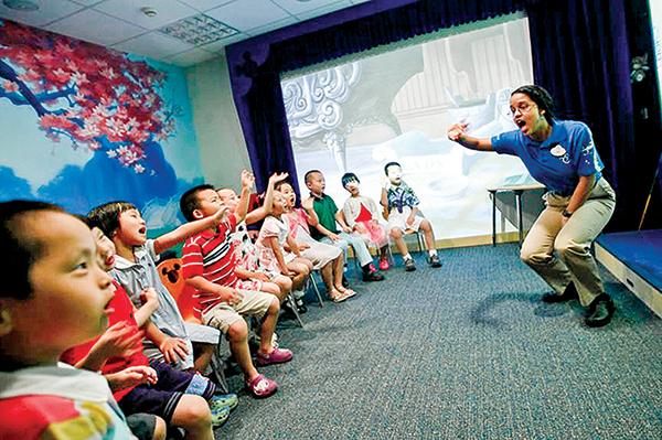 2010年7月27日,5到7歲的中國兒童在上海迪士尼英語學習中心上英文課。(資料照)