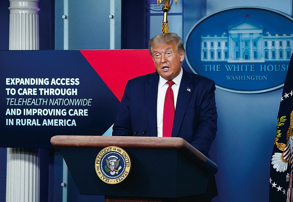 圖為美國總統特朗普周一(8月3日)在白宮主持疫情記者會。(AFP)