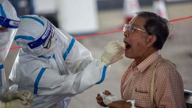 香港本地有能力做大規模病毒檢測,但港府卻故意找到華大基因;本來只檢測40萬特殊人群,後來變成了要檢測750萬人;本來可用更方便的唾液檢測,卻非要人到現場做咽喉檢測;這些故意之後,疑隱藏收集港人DNA的陰謀。(AFP)