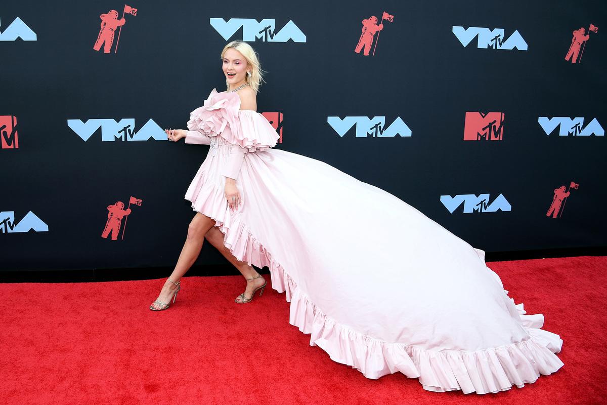 Zara Larsson 2019年出席MTV音樂短片頒獎禮。(Dimitrios Kambouris/Getty Images)