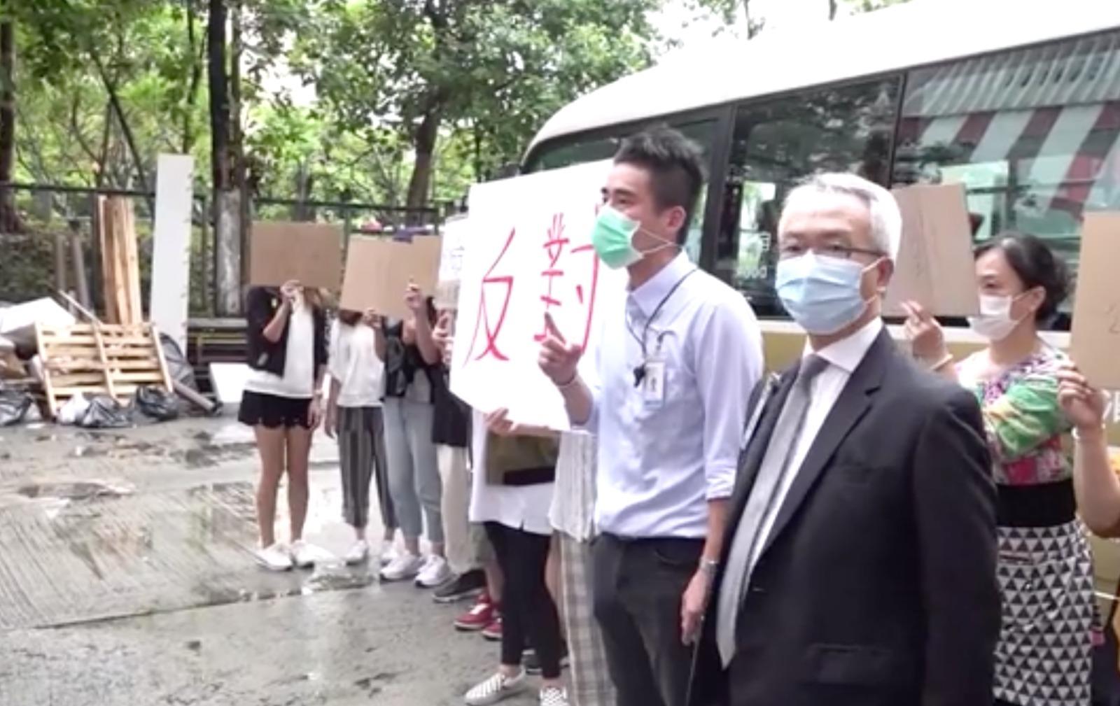 7名「內地核酸檢測支援隊」先遣隊員4日上午,到大埔工業村的「華大基因香港研發中心」,再到華昇診斷中心。期間,遭到大埔區議員及市民抗議,反對華昇診斷中心罔顧公共衞生及居民安全在大埔設立「火眼實驗室」。(影片截圖)