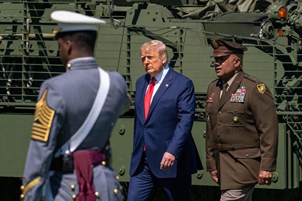 分析認為,由於特朗普與習近平都對面臨國內的巨大政治壓力,未來3個月中美之間發生武裝衝突的風險「特別高」。圖為特朗普總統(中)。(David Dee Delgado/Getty Images)