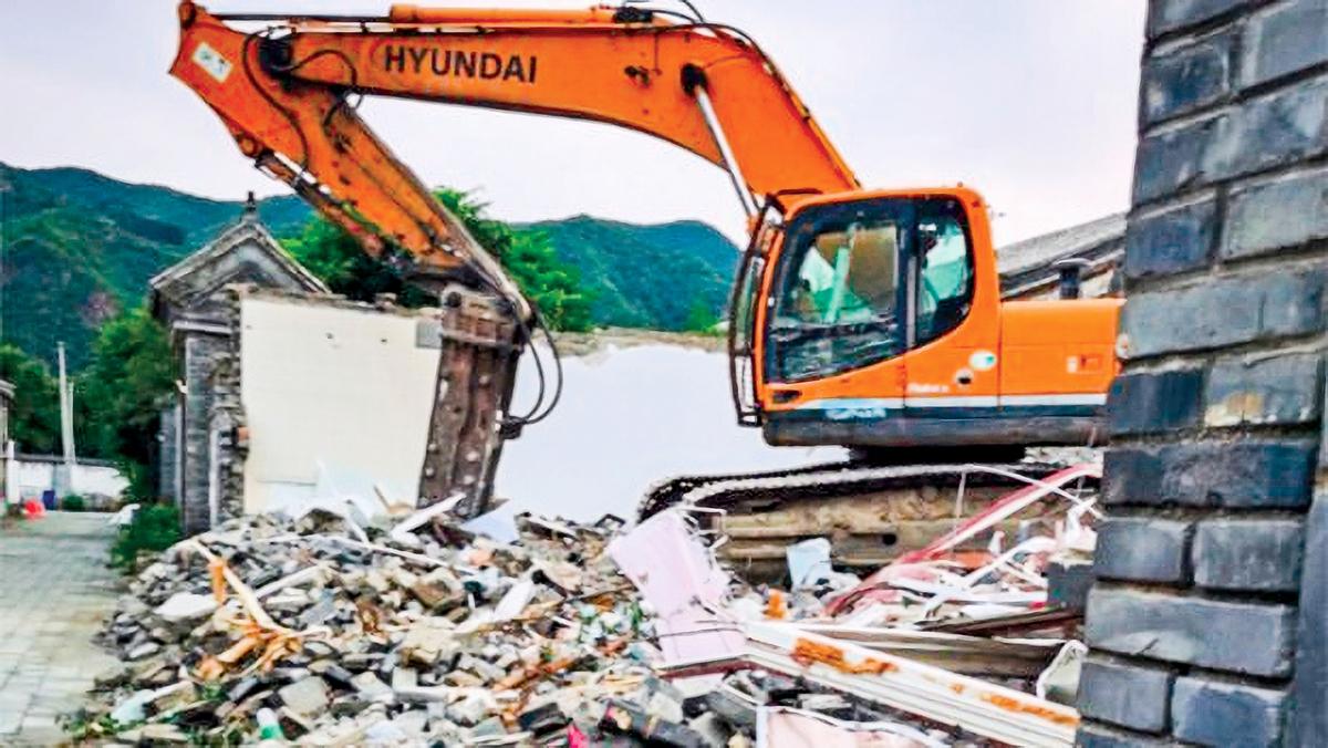 北京懷柔的水長城四合院遭當局強拆。推土機把民居夷為平地。(盛洪提供)