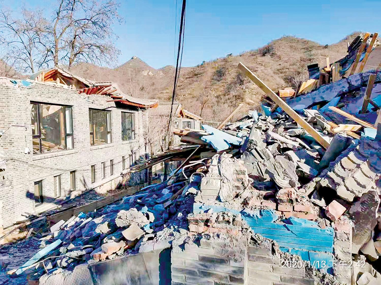 中共開始驅逐「中端人口」。1月13日,北京昌平區政府糾集近千名特警、十輛挖掘車,偷偷進入果莊村一處別墅區進行強拆,並毆打業主。(業主提供)
