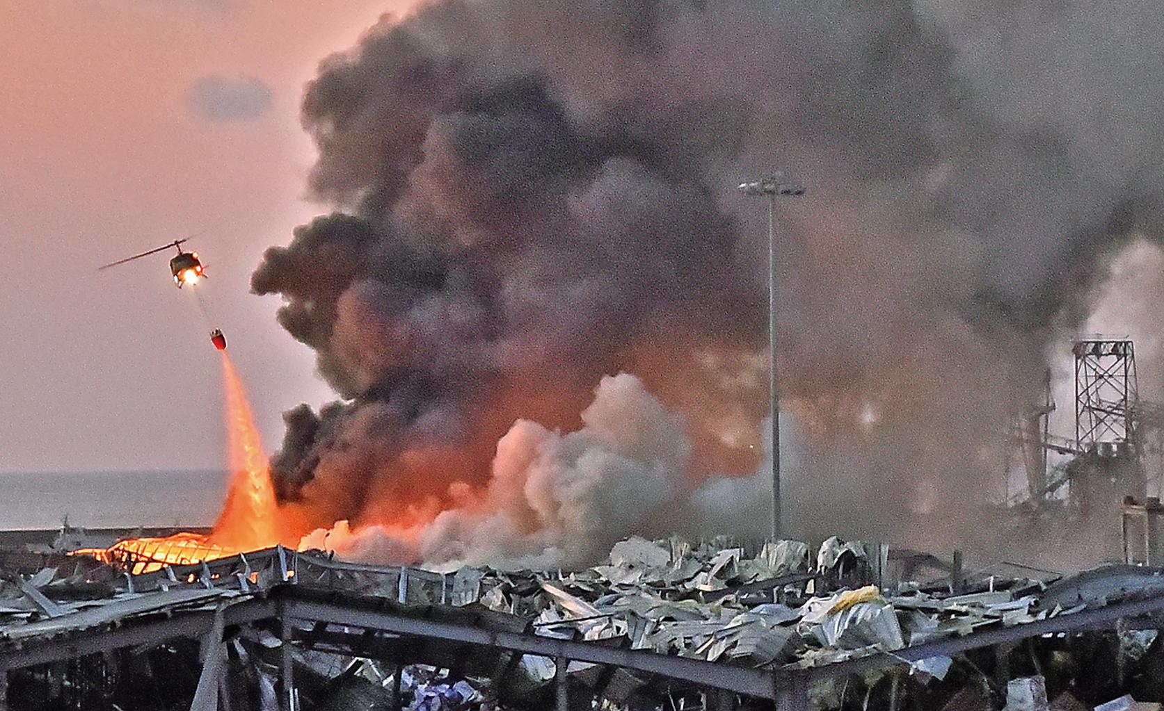 2020年8月4日,黎巴嫩貝魯特,大爆炸冒出紅色濃煙。(Getty Images)