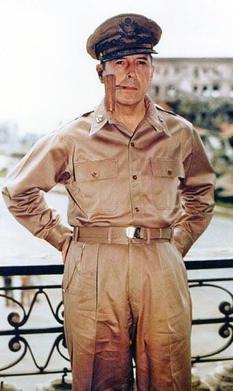 道格拉斯·麥克阿瑟在馬尼拉。(公有領域)