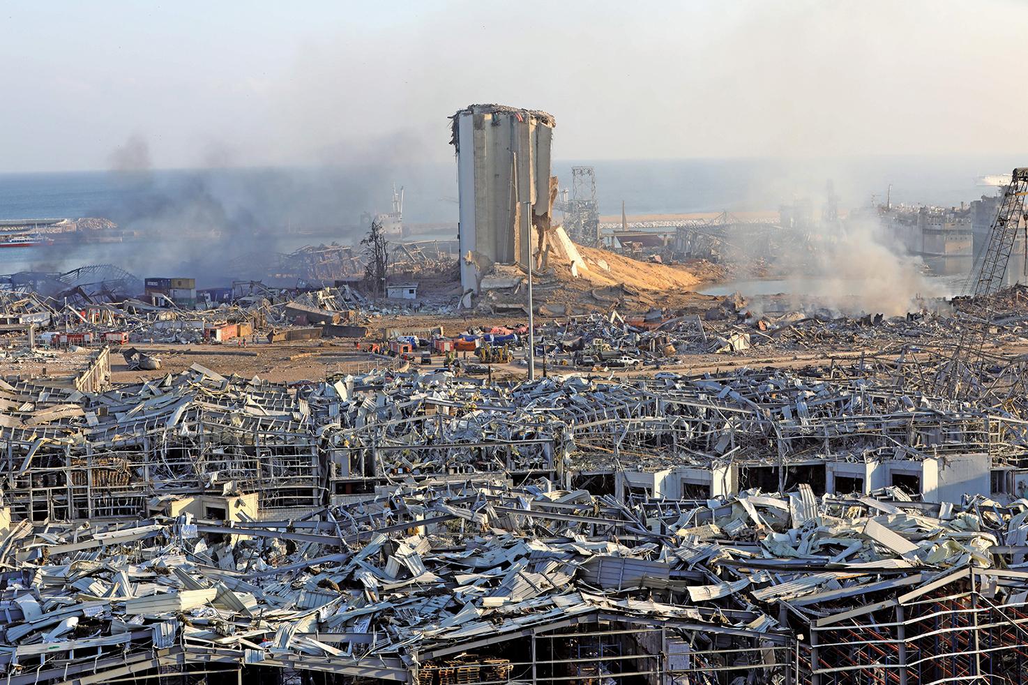 黎巴嫩貝魯特港區大爆炸後,整個港口被大火吞噬,許多建築物倒塌,現場有如核子浩劫後的殘破景象。(Getty Images)