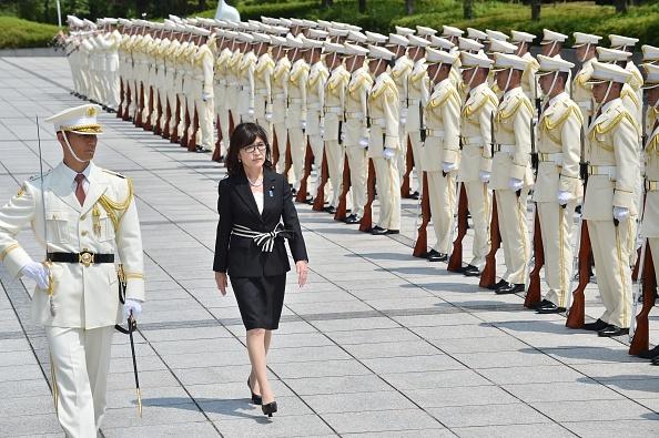 日本新防衛相稻田朋美(Tomomi Inada)(左二)8月4日在就職儀式上閱兵。(KAZUHIRO NOGI/AFP/Getty Images)