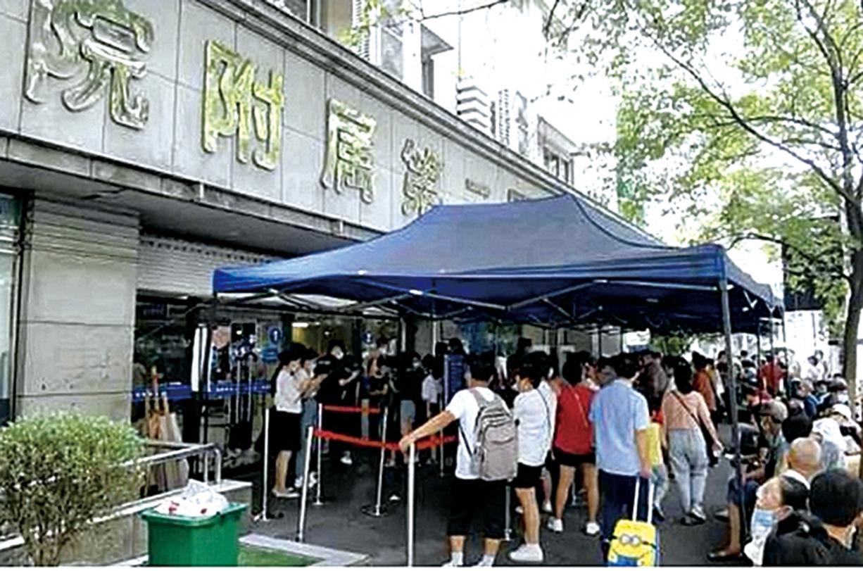 一名在烏魯木齊轉機的大學生,本月4日杭州就醫時發現為無症狀感染者。其就診醫院的463人在接受核酸檢測。(影片截圖)