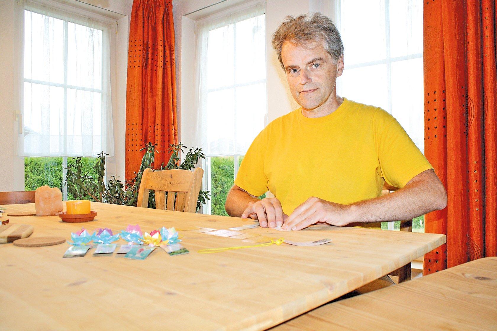 修煉法輪大法的德國發明家董瀚寧(Johannes D)在折紙蓮花掛墜。(本人提供)