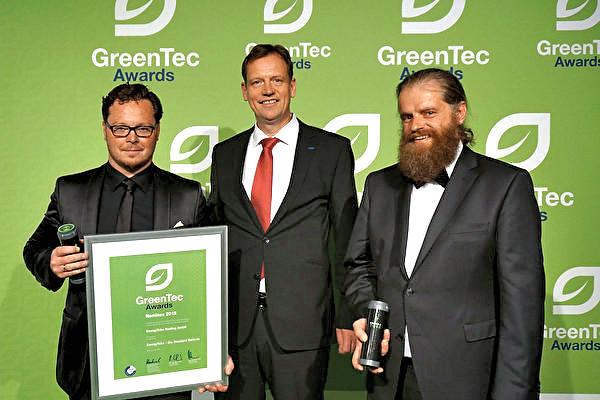 2015年,德國發明家董瀚寧(Johannes D.,右一)獲得國際綠色能源技術大獎。(本人提供)
