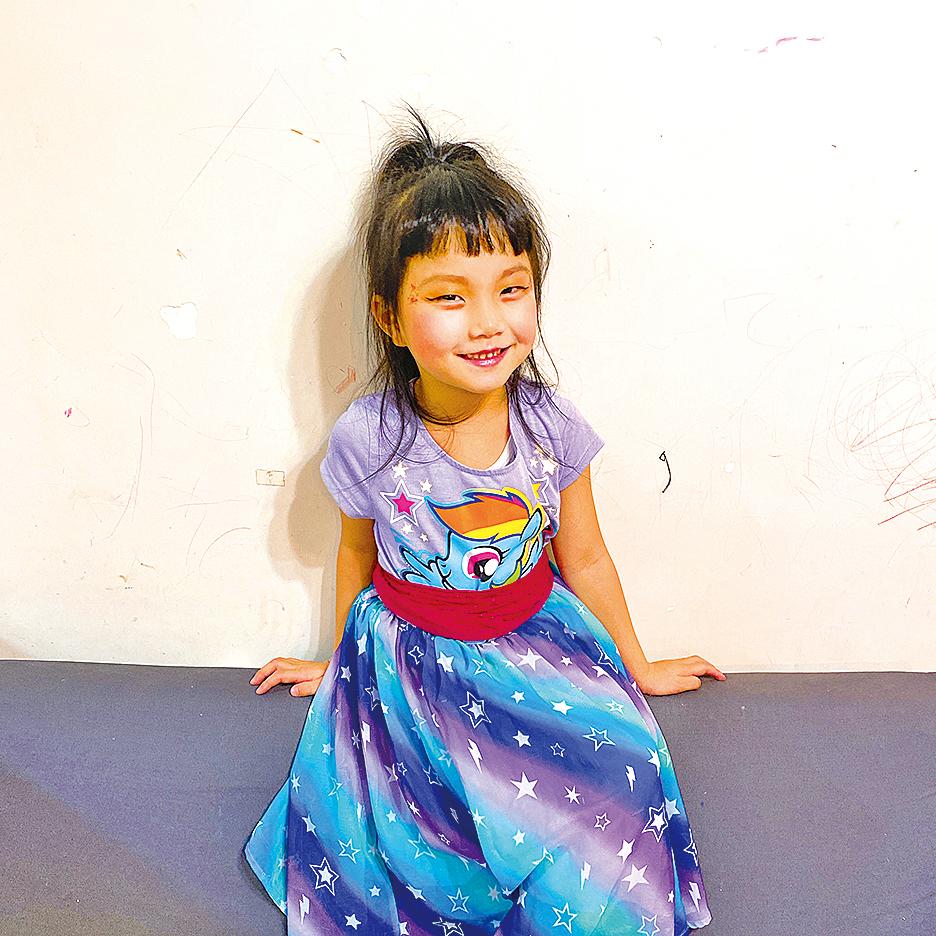 在每天下午2點半至4點半的Art Time時段,Benny十分樂意與孩子共同參與,例如最近一次進行美髮沙龍(Hair Salon)角色扮演遊戲,媽媽扮演髮型師,5歲半的女兒Jana扮演客人,進行一系列的趣味遊戲。