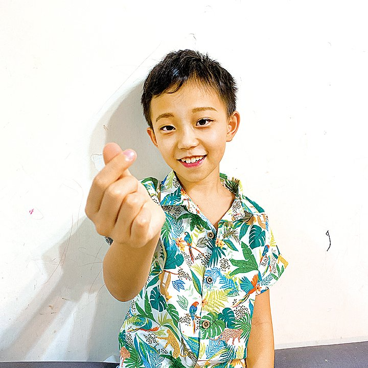9歲半的兒子Ernest扮演髮型師助理。