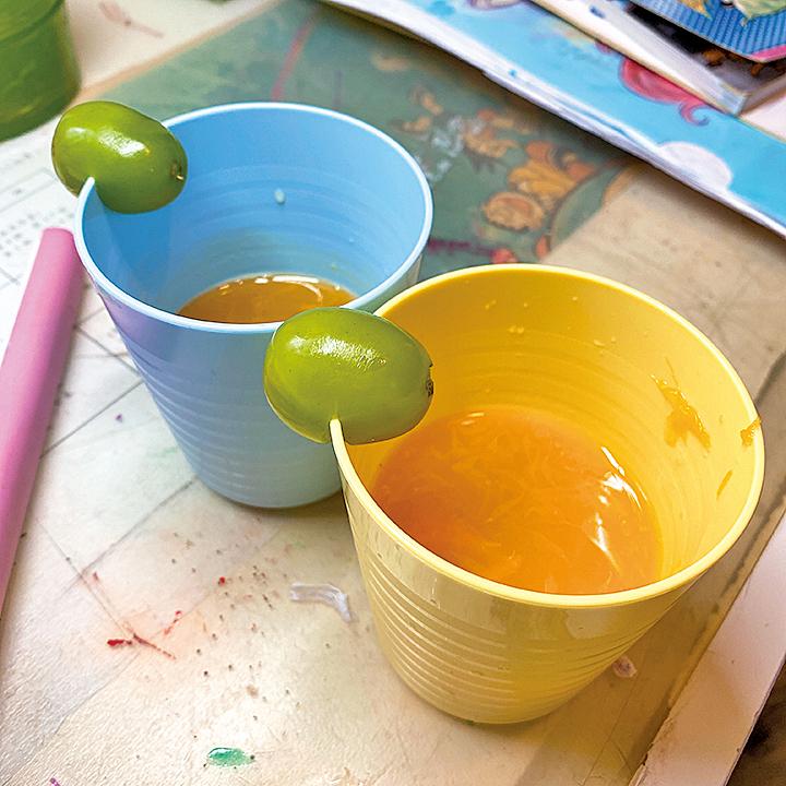 貼心的Ernest還到廚房製作了兩杯鮮榨橙汁,並設計了一粒香印提子作為裝飾呈上。