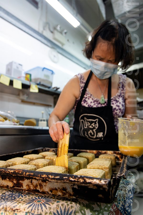西環老字號華爾登餅店,主打傳統月餅製作。(陳仲明/大紀元)