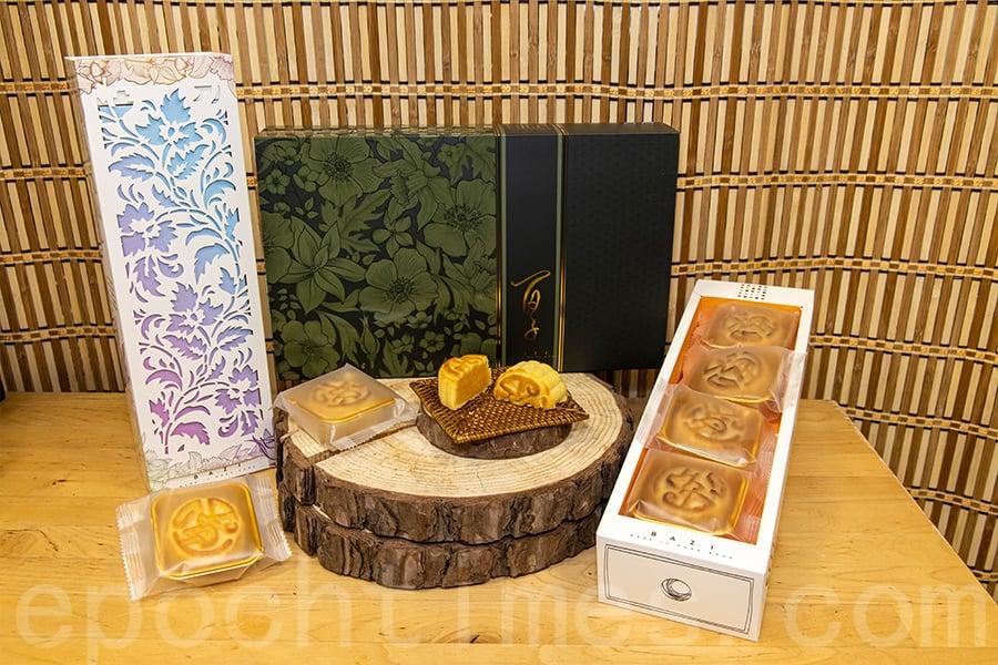 Leo和阿謙希望能夠將新鮮製作的月餅與他人分享。(陳仲明/大紀元)