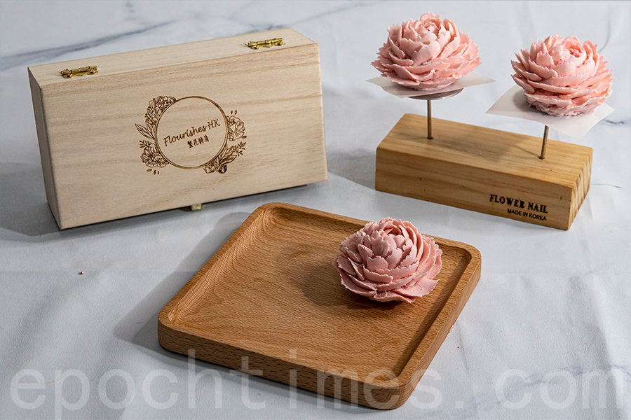 精巧美麗的牡丹花造型有別於傳統月餅,由店主Yuki純手工以韓式裱花技術製作。(陳仲明/大紀元)