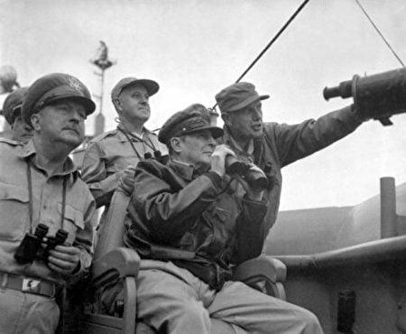 圖為美國總指揮麥克阿瑟將軍正在指揮仁川登陸。 (公有領域)