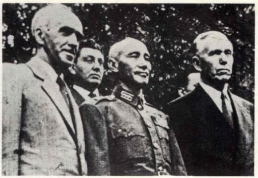司徒雷登與蔣介石、馬歇爾合影。(仰岳翻拍)