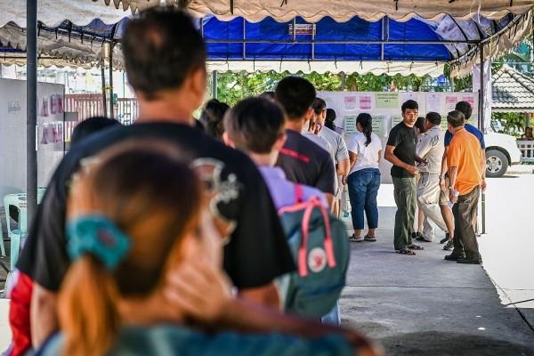 泰國7日舉行憲法公投,決定是否採用軍政府力挺的新憲法,為明年的大選和未來軍方政權的地位鋪路。根據已開出的91%選票,61.5%的選民投下贊成票,新憲法獲得通過。(WATTHANA CHANCHAROEN/AFP/Getty Images)