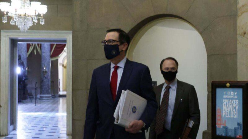 美國財政部長史蒂文姆努欽(前)戴著口罩於2020年8月7日出現在美國國會大廈。(Alex WongGetty Images)
