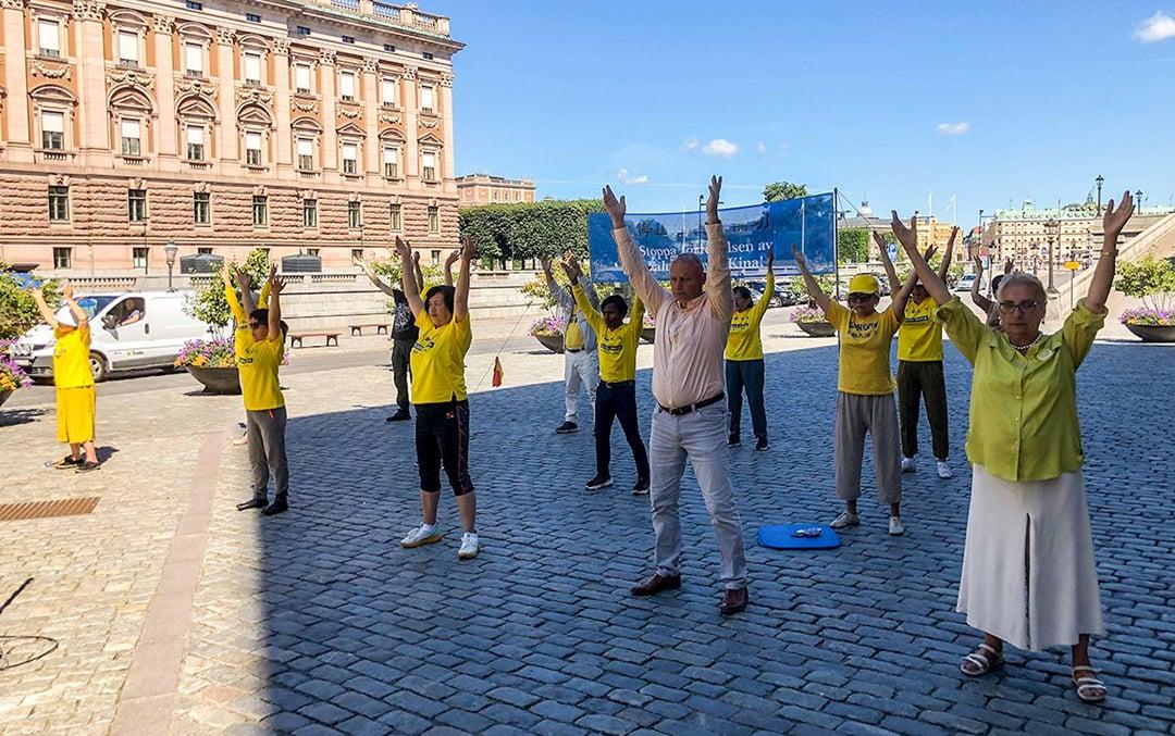 2020年8月1日和4日,法輪功學員在斯德哥爾摩市中心國會大廈旁的錢幣廣場舉辦講真相活動。(明慧網)