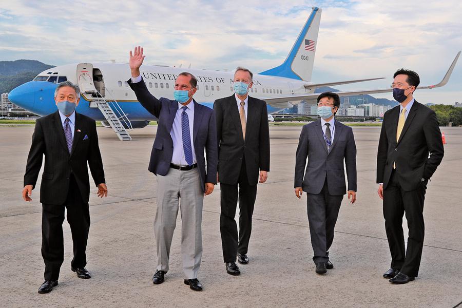 美衛生部長率團高規格訪台 昨天下午抵台北松山機場