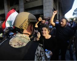 黎巴嫩爆大規模抗議 萬人示威籲政府下台