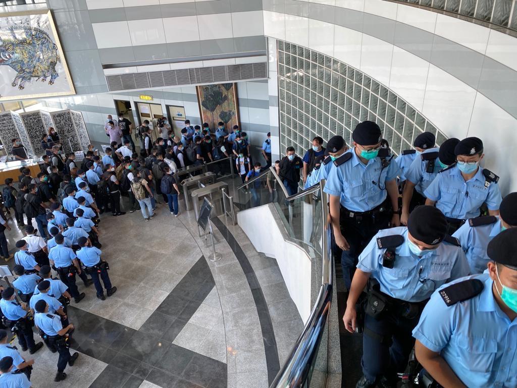 近200警員進入《蘋果》大樓搜查。(網絡圖片)