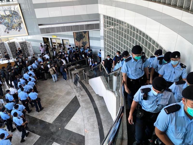 【快訊】涉勾結外國勢力 黎智英父子及壹傳媒高層被捕 200警察進入《蘋果日報》總部搜查