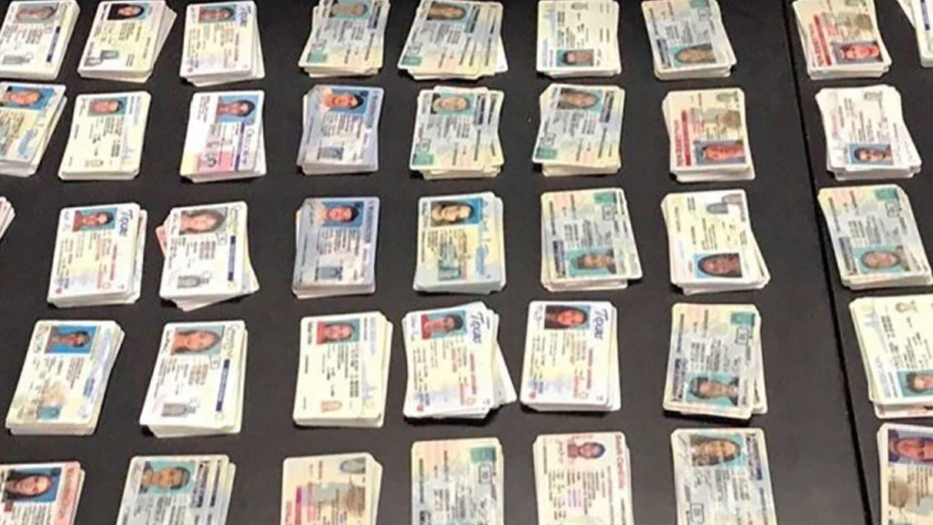 美國海關和邊境保護局在去年秋天查獲了從中國進入美國的偽造美國證件。(美國海關和邊境保護局)