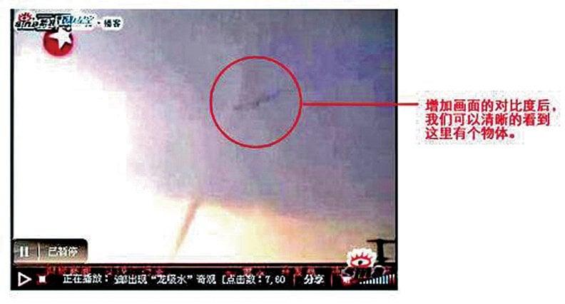 2007年9月6日,江蘇高郵市西部高郵湖湖心出現「龍吸水」現象,當時拍到疑似飛龍在雲層中遊動。(網絡圖片)