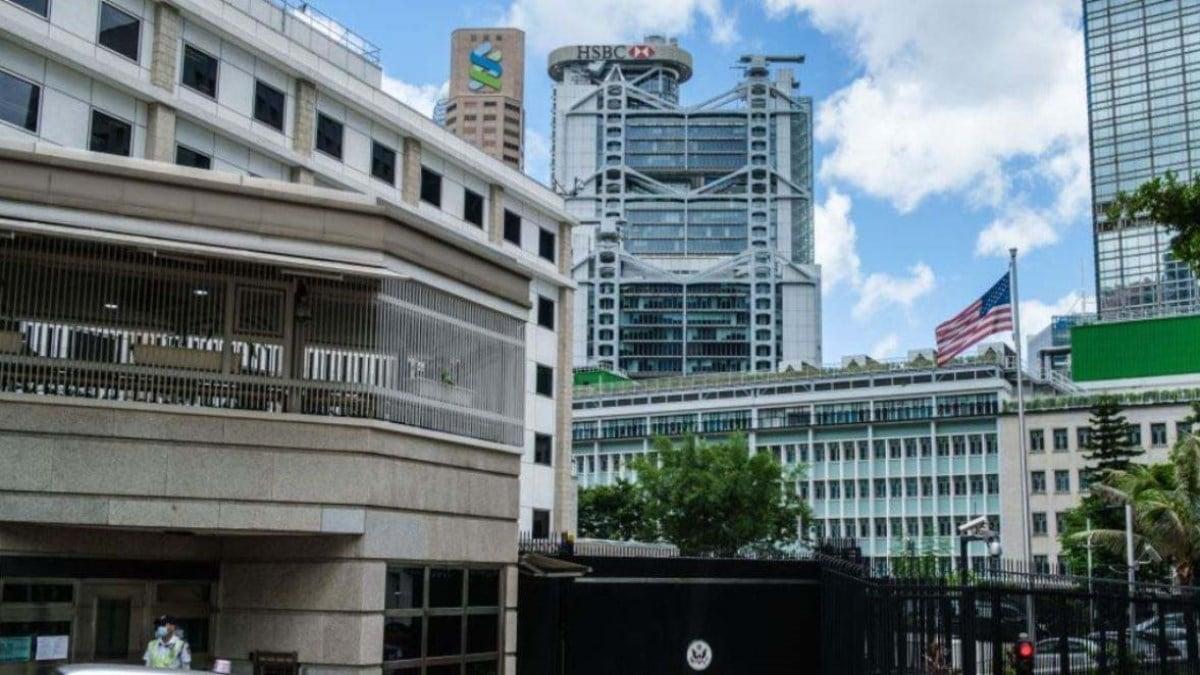 美國駐香港領事館大樓外,可以看到在香港的滙豐銀行(中)和渣打銀行(左)的總部大樓及銀行標誌。(ANTHONY WALLACE/AFP via Getty Images)
