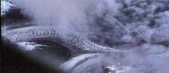 2004年6月22日一位攝影愛好者,從西藏拉薩乘飛機返回大陸的途中,在飛行到西藏雪山上空時,從翻騰的雲層中意外地拍攝到兩條活生生傳說中的龍,起名為「西藏龍」。(網絡圖片)