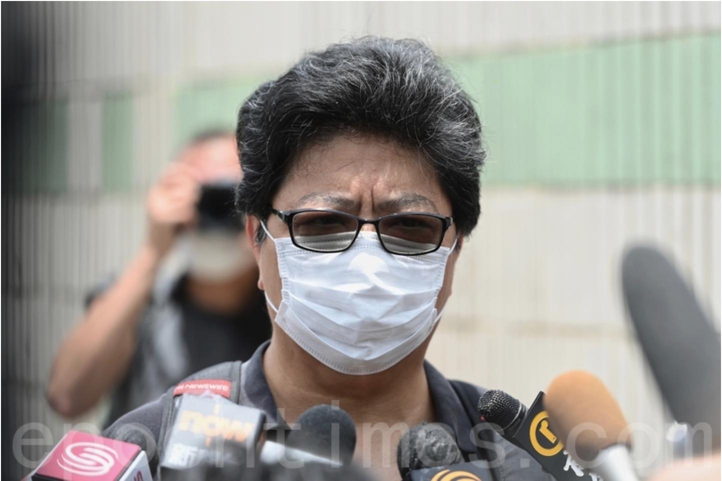 壹傳媒大樓被搜查,《蘋果日報》記者桌面被警員隨意翻查,香港記者協會主席楊健興緊急召開傳媒會議,指責「這種情況僅可能在第三世界地區出現」。(宋碧龍 / 大紀元)