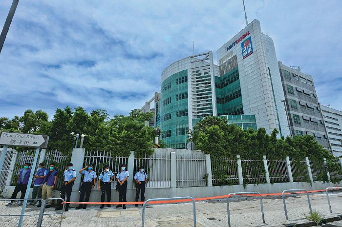 壹傳媒創辦人黎智英昨日被指違反「港版國安法」被捕,引起國際事件。圖為香港警察在壹傳媒大樓外拉起封鎖線。(宋碧龍/大紀元)